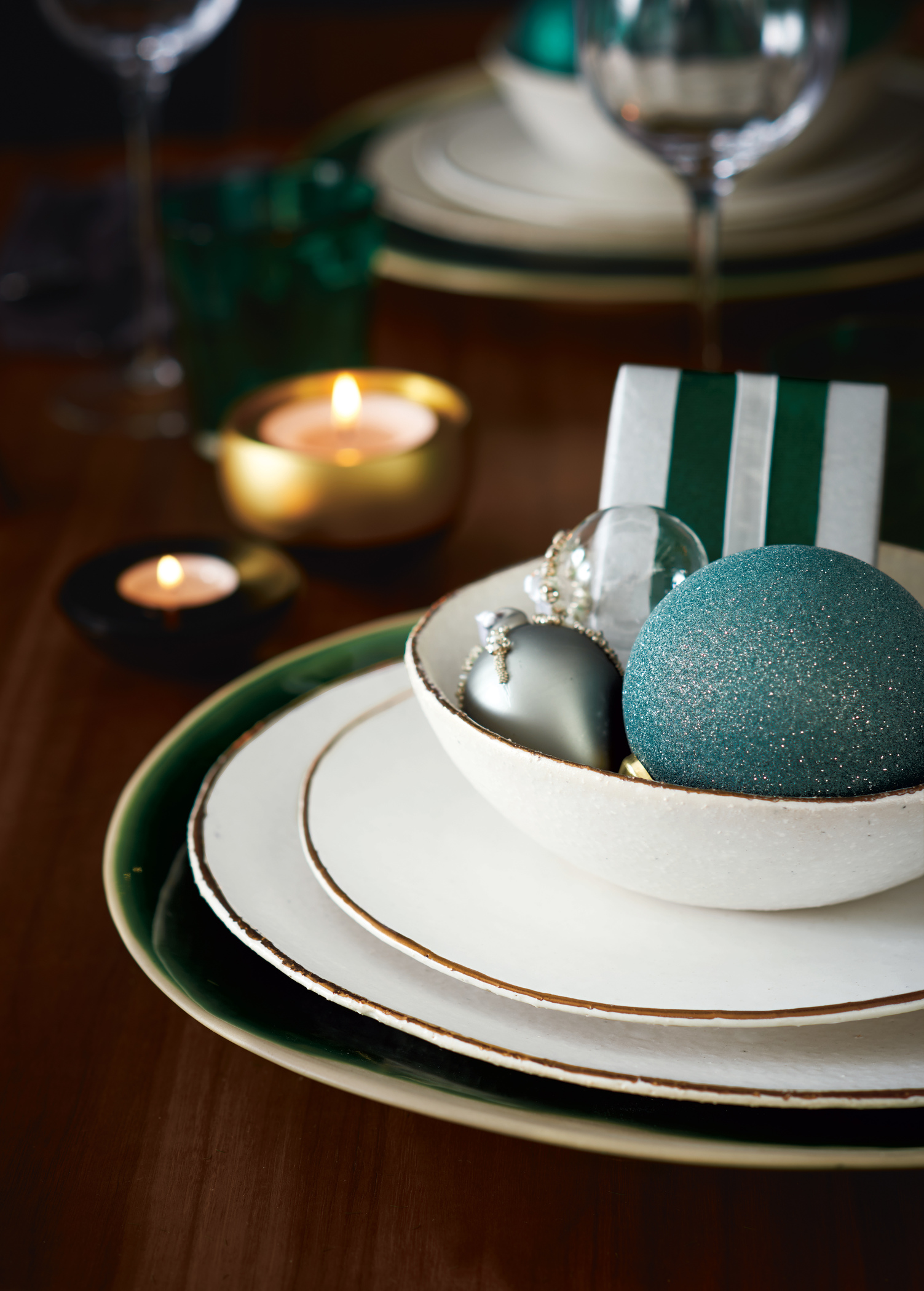 Christmas_table_ideas_baubles